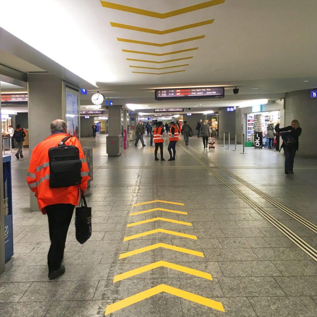 Unterführung Bahnhof Bern – Pfeilbemalung auf Boden und Decke